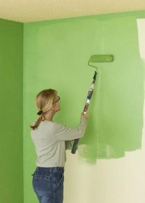 окраска стены зеленой водоэмульстионкой