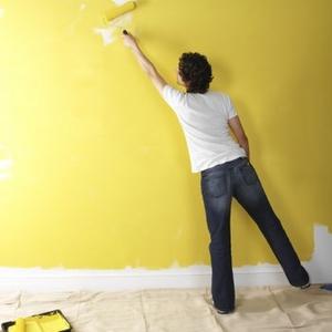 нанесение на стену водоэмульсионной краски