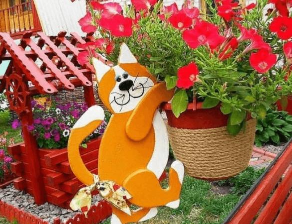 Фигура мульткота в саду