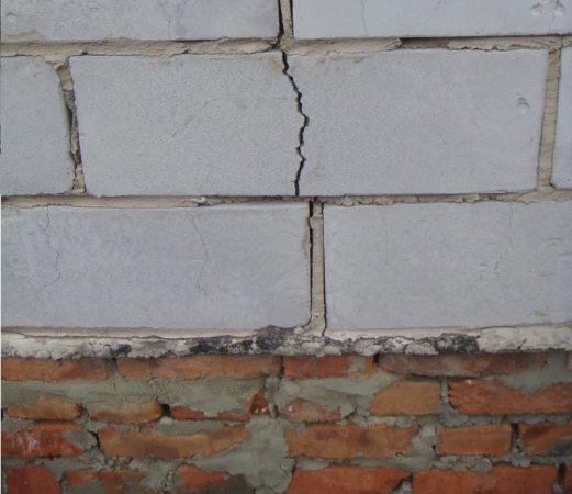 Трещина в стене из газосиликатных блоков