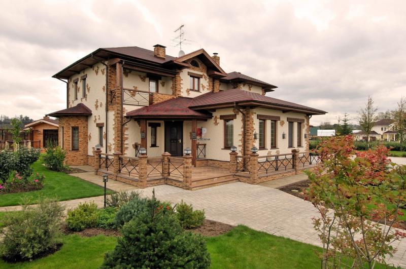 Отделка фасада дома декоративным камнем и штукатуркой — идеи на фото