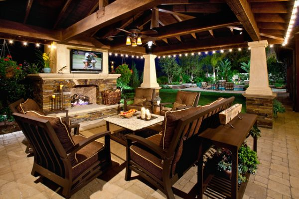 Патио с камином и телевизором