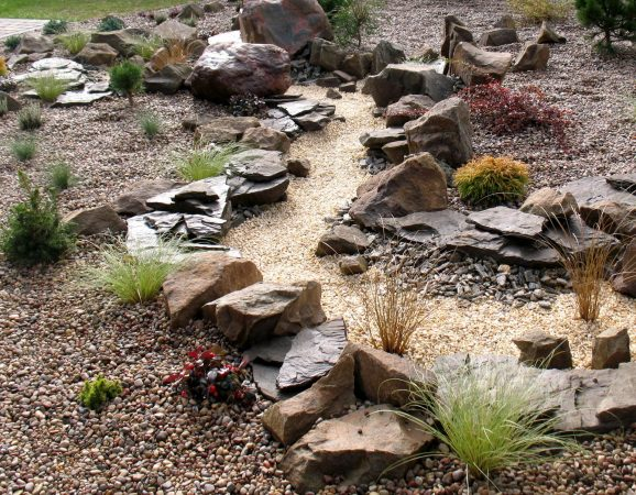 Ручей из камня в ландшафтном дизайне