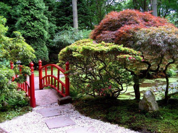 Полукруглый мостик в японском ландшафтном дизайне