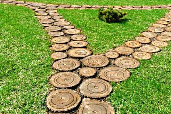 Декорирование газона деревянными спилами