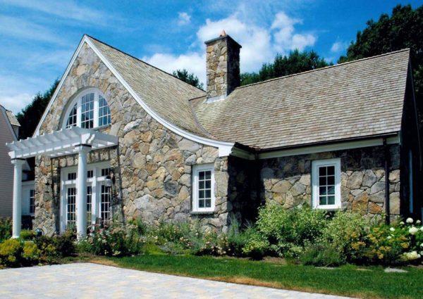 дизайн дома, облицованного крупными камнями