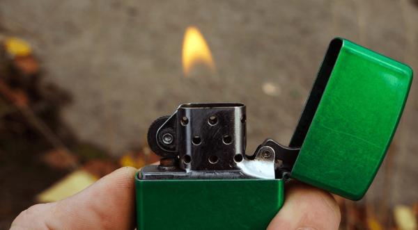 зажечь зажигалку