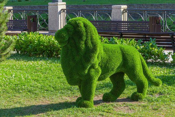 Фигура льва из травы