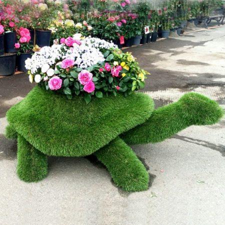Фигурка черепахи из травы с цветами