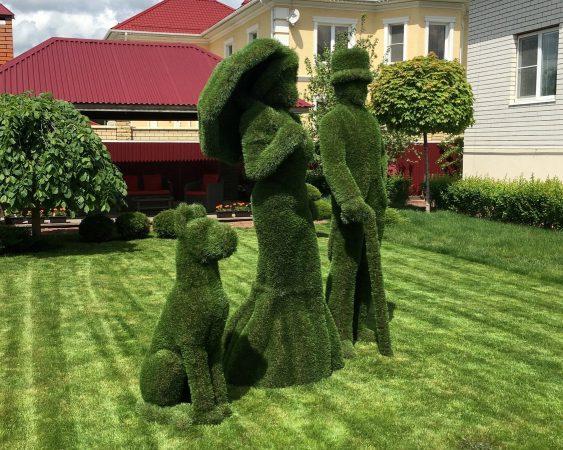 Фигурки людей из травы на газоне