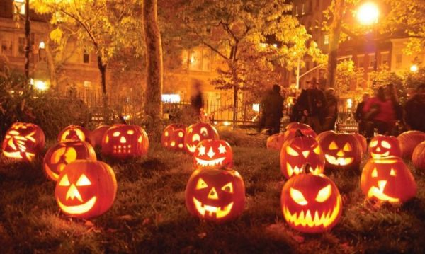 тыквы на хэллоуин во дворе