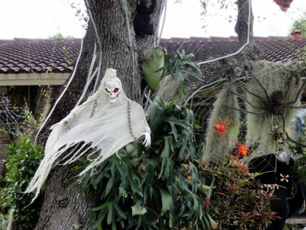 украшение дерева на хэллоуин