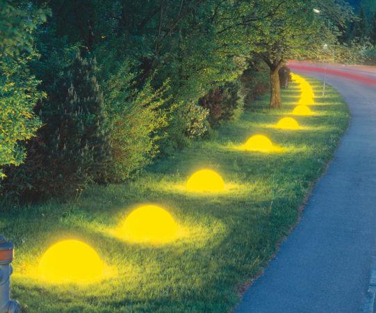 Светодиодные камни с жёлтой подсветкой вдоль дорожки