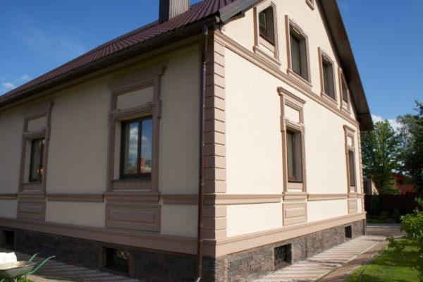 дом, отделанный фасадной штукатуркой
