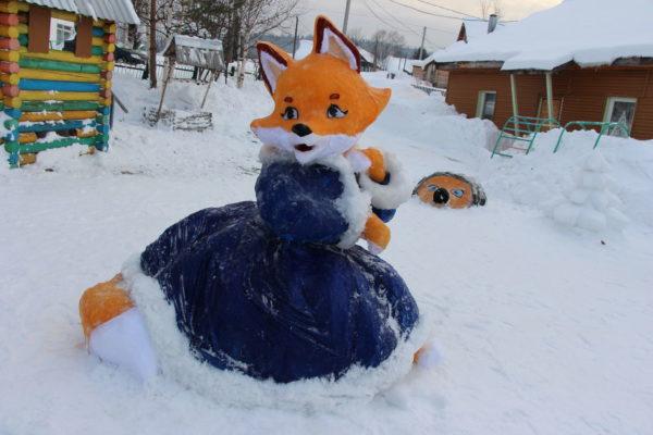 Красочная лиса из снега
