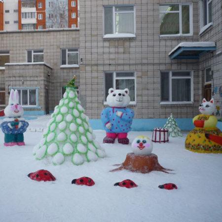 Фигуры из снега во дворе