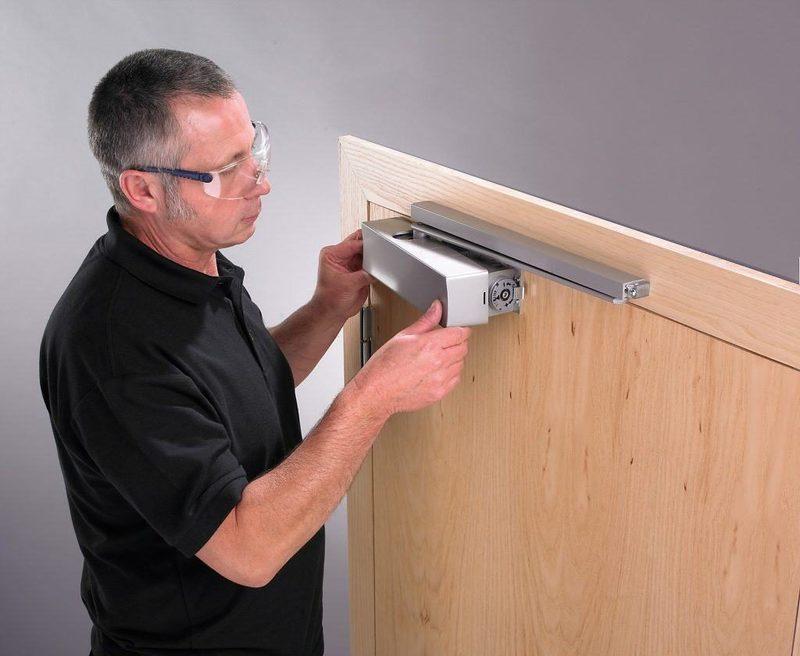 Как правильно отрегулировать доводчик двери: полезная инструкция