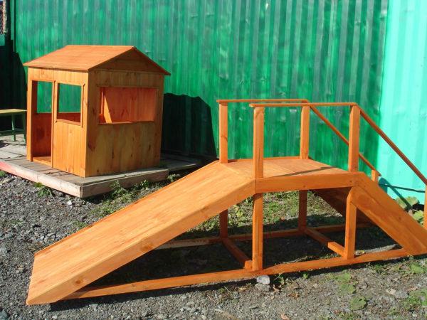 Маленькая деревянная горка в комплекте с домиком и лавочкой