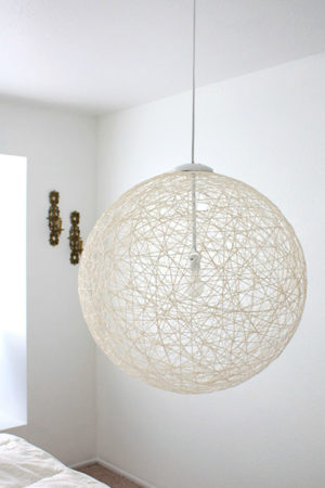Лампа в лёгком шаре из нитей