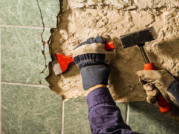 Снятие плитки со стены