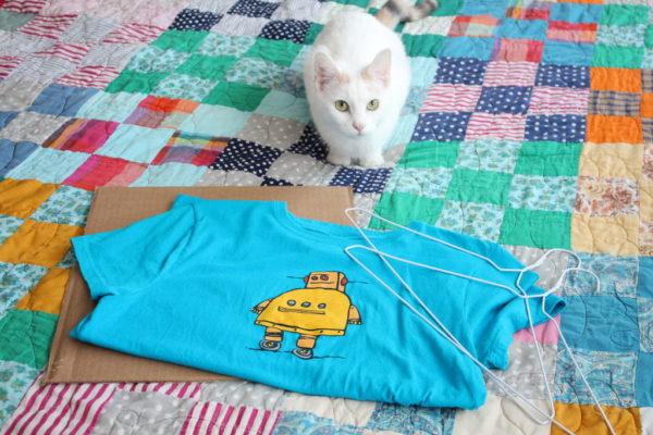 Кошка, футболка и вешалки