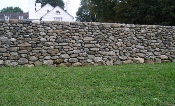 дешевая ограда из камней для дачи