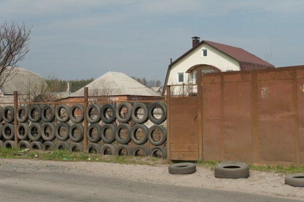 дешевый забор из покрышек