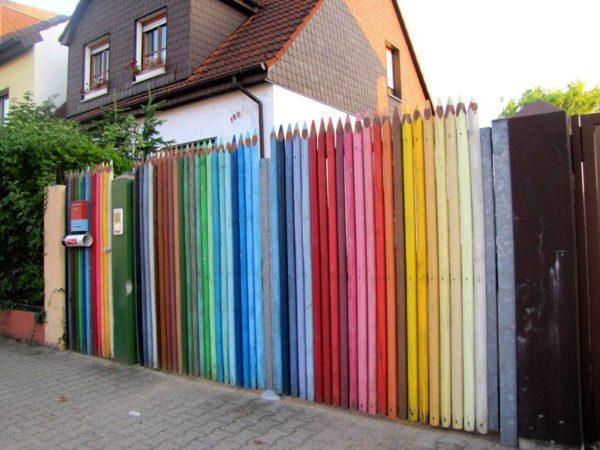 дешевый забор для дачи в виде цветных карандашей