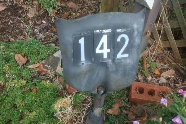 табличка с номером дома из старой лопаты