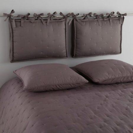 Кровать с изголовьем из подушек