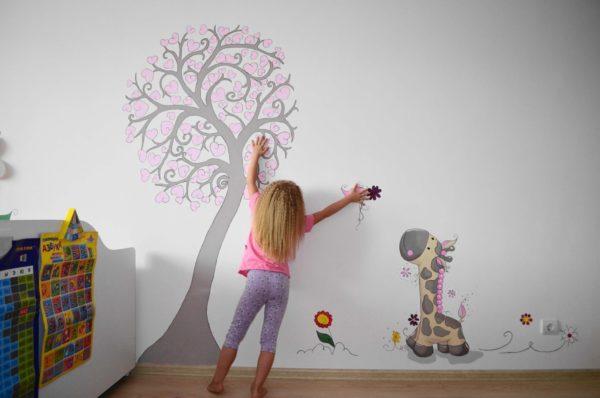 Рисунок на обоях в детской комнате
