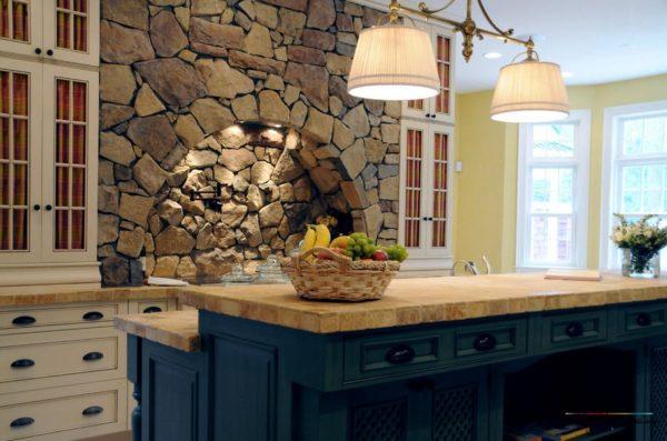 Отделка кухонной стены из камня