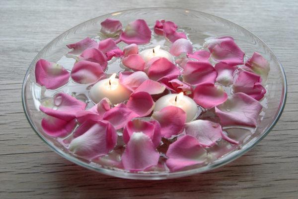 Ароматические свечи с лепестками цветов
