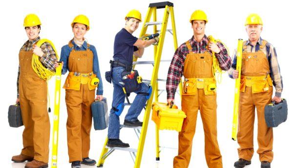 Рабочие в касках и спецодежде