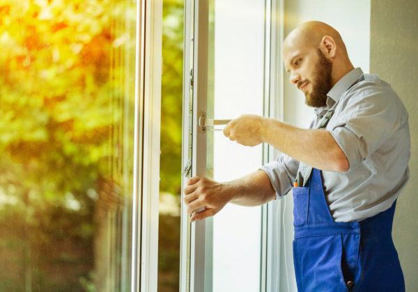 Мужчина устанавливает окна