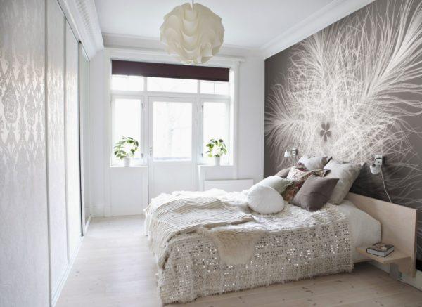 Спальня со светлыми обоями