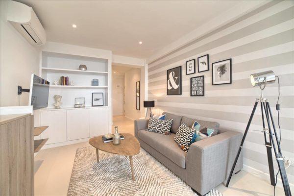 Стена с горизонтальными полосами в комнате