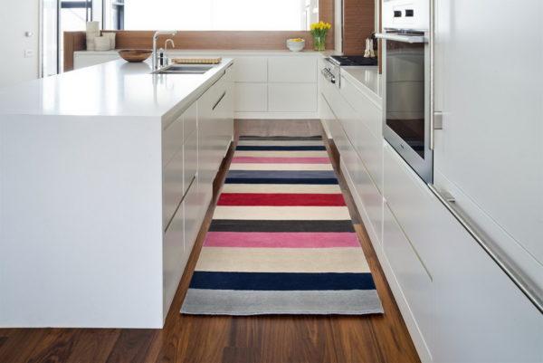 Полосатый палас в кухне