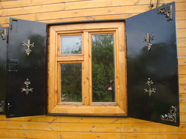 Металлические ставни на окне