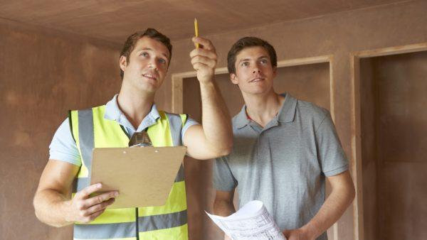 Мужчины проверяют качество потолка