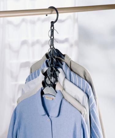 Одежда на многоуровневых плечиках