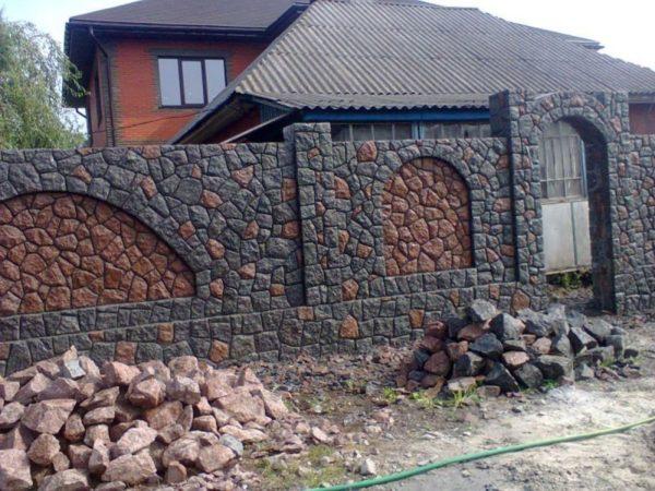 Забор из булыжника перед домом