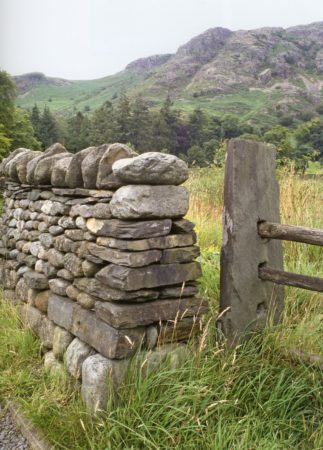 Забор из булыжника на фото