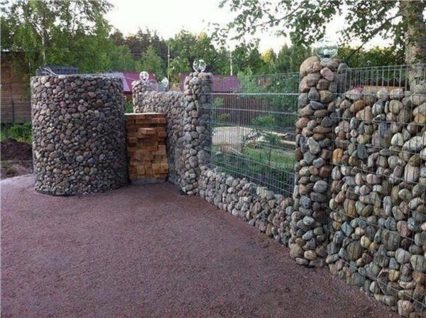 Забор из булыжника с металлическим каркасом