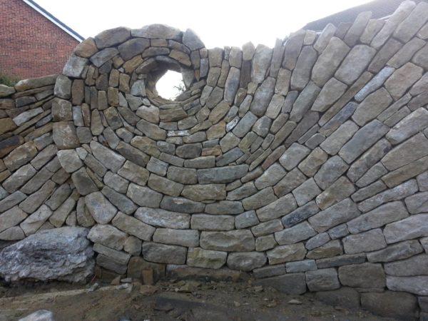 Забор с оригинальной кладкой камня