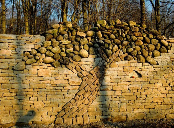 Забор с декором в виде каменного дерева