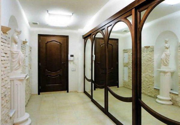 Шкаф с зеркальными дверцами в прихожей