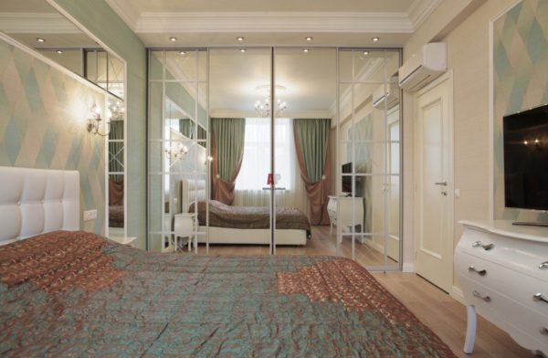 Шкаф-купе с зеркальными дверцами в спальне