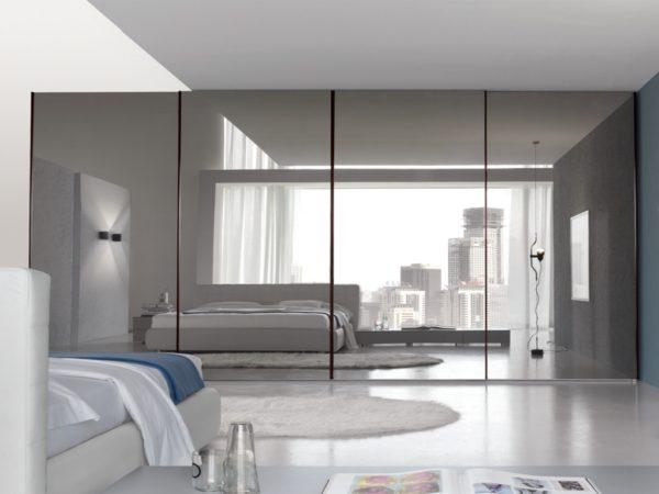 Увеличение пространства спальни с помощью зеркального шкафа