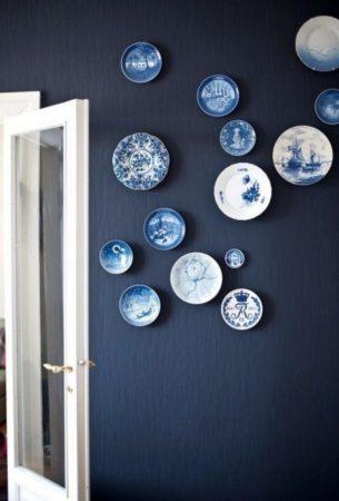 оформление стен тарелками